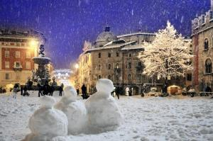 Trento_-_Piazza_Duomo_neve_pupazzi_-_©_ApT_-_foto_R._Magrone